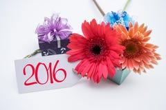 Feliz Año Nuevo 2016 con la flor y la etiqueta aisladas en un fondo blanco Imagen de archivo libre de regalías