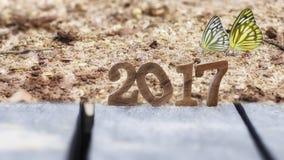 Feliz Año Nuevo 2017 con la mariposa Imagen de archivo libre de regalías