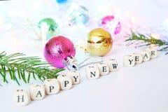 Feliz Año Nuevo Cubos con las letras en una superficie blanca imagen de archivo libre de regalías