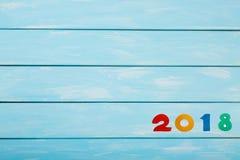 Feliz Año Nuevo 2018 de figuras de madera reales en fondo de madera azul en colores pastel Plantilla agradable para su proyecto d Imagen de archivo