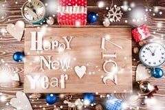 Feliz Año Nuevo de la inscripción de madera en el tablero de madera Fotos de archivo libres de regalías