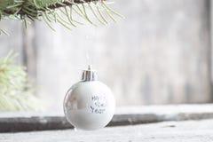 Feliz Año Nuevo de la inscripción en bola de la Navidad Fotografía de archivo