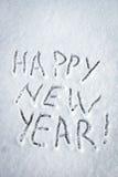 Feliz Año Nuevo de la inscripción escrita en nieve Fotos de archivo libres de regalías