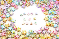 Feliz Año Nuevo de la palabra con las estrellas de la suerte de la papiroflexia Imágenes de archivo libres de regalías