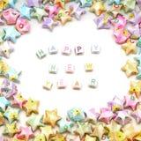 Feliz Año Nuevo de la palabra con las estrellas de la suerte de la papiroflexia Foto de archivo