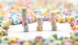 Feliz Año Nuevo de la palabra con las estrellas de la suerte de la papiroflexia Fotos de archivo