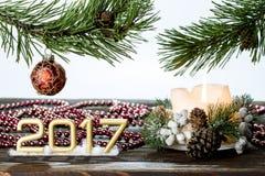 Feliz Año Nuevo de la tarjeta de felicitación con un árbol y las decoraciones de la ramita Imagen de archivo libre de regalías