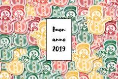 Feliz Año Nuevo de la tarjeta del anno 2019 de Buon en italiano con el muñeco de nieve coloreado como fondo libre illustration