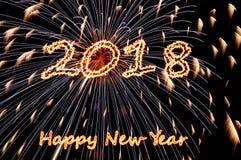 Feliz Año Nuevo 2018 de las letras ardientes y flashes de fuegos artificiales Imágenes de archivo libres de regalías