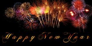Feliz Año Nuevo de las palabras escrita en bandera con los fuegos artificiales brillantes y letras ardientes en fondo negro Fotografía de archivo
