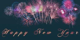 Feliz Año Nuevo de las palabras escrita en bandera con los fuegos artificiales brillantes y letras ardientes en fondo negro Fotografía de archivo libre de regalías