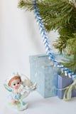 Feliz Año Nuevo de los saludos de la postal, duende mágico, rama del abeto, candelero, regalos de la Navidad debajo del árbol, la Fotos de archivo libres de regalías