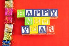 Feliz Año Nuevo deletreada con los bloques del alfabeto Fotografía de archivo