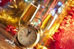 Feliz Año Nuevo - despertador y champán Imágenes de archivo libres de regalías
