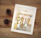 Feliz Año Nuevo 2017 en el fondo blanco de marco de madera del vintage Foto de archivo