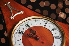 Feliz Año Nuevo en la medianoche 2018, el reloj de madera viejo con día de fiesta se enciende Foto de archivo libre de regalías