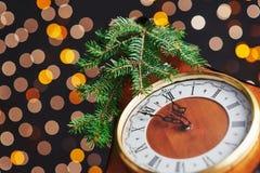 Feliz Año Nuevo en la medianoche 2018, el reloj de madera viejo con las luces del día de fiesta y el abeto ramifica Imagenes de archivo