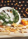 Feliz Año Nuevo en la medianoche 2018, el reloj de madera viejo con las luces del día de fiesta y el abeto ramifica Cocinando y a Foto de archivo