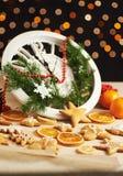 Feliz Año Nuevo en la medianoche 2018, el reloj de madera viejo con las luces del día de fiesta y el abeto ramifica Cocinando y a Fotografía de archivo