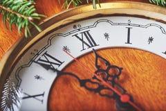 Feliz Año Nuevo en la medianoche 2018, el reloj y el abeto de madera viejos ramifica Imágenes de archivo libres de regalías