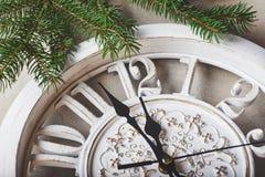 Feliz Año Nuevo en la medianoche 2018, el reloj y el abeto de madera viejos ramifica Fotografía de archivo