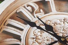 Feliz Año Nuevo en la medianoche 2018, reloj de madera viejo Fotos de archivo