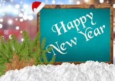 Feliz Año Nuevo en la pizarra azul con el pino y la nieve de la ciudad del blurr Imagenes de archivo