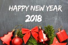 Feliz Año Nuevo 2018 en la pizarra con la decoración de la Navidad Imagen de archivo libre de regalías