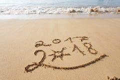 Feliz Año Nuevo 2018 en la playa Foto de archivo libre de regalías
