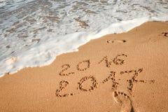 Feliz Año Nuevo 2017 en la playa Fotos de archivo libres de regalías