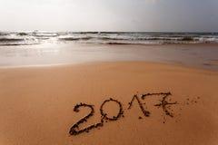 Feliz Año Nuevo 2017 en la playa Fotos de archivo