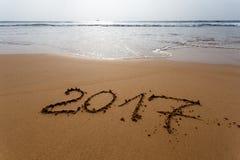 Feliz Año Nuevo 2017 en la playa Imágenes de archivo libres de regalías