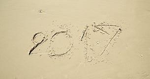 Feliz Año Nuevo 2017 en la playa Imagen de archivo libre de regalías