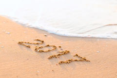 Feliz Año Nuevo 2017 en la playa del mar Imagenes de archivo
