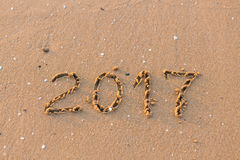Feliz Año Nuevo 2017 en la playa del mar Fotos de archivo libres de regalías