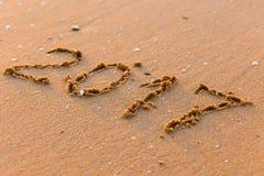 Feliz Año Nuevo 2017 en la playa del mar Imagen de archivo libre de regalías