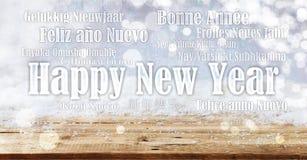 Feliz Año Nuevo en muchas idiomas en fondo nevoso Fotos de archivo