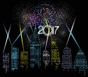 Feliz Año Nuevo 2017 escrita con el fuego artificial y la luz de la ciudad Fotos de archivo
