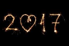 FELIZ AÑO NUEVO 2017 escrita con los fuegos artificiales como fondo Foto de archivo