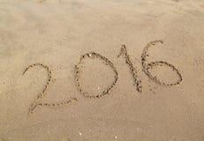 Feliz Año Nuevo escrita en la playa arenosa Fotografía de archivo