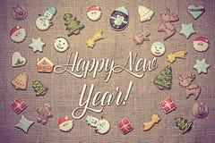 ¡Feliz Año Nuevo! escrito entre las galletas del pan de jengibre Apariencia vintage añadida Foto de archivo libre de regalías