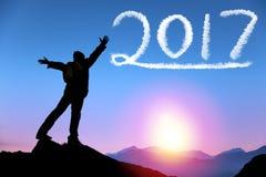 Feliz Año Nuevo 2017 Hombre encima de la montaña Imagen de archivo libre de regalías