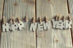 Feliz Año Nuevo - letras de papel en fondo de madera Fotografía de archivo libre de regalías