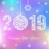 Feliz Año Nuevo 2019 Números blancos y bola de la Navidad en un fondo olográfico ilustración del vector