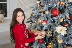 Feliz Año Nuevo Navidad El niño disfruta del día de fiesta pequeña muchacha feliz en la Navidad Adorne el árbol de navidad La mañ imagen de archivo