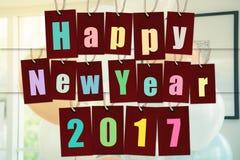 Feliz Año Nuevo 2017 palabra del alfabeto en etiquetas de papel rojas Foto de archivo libre de regalías