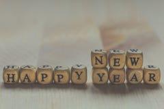 Feliz Año Nuevo - palabras de letras en los cubos de madera Imagen de archivo