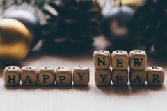 Feliz Año Nuevo - palabras de letras en los cubos de madera Fotografía de archivo libre de regalías