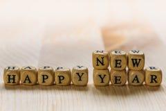 Feliz Año Nuevo - palabras de letras en los cubos de madera Imágenes de archivo libres de regalías