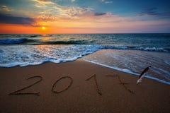 Feliz Año Nuevo 2017, poniendo letras en la playa Foto de archivo